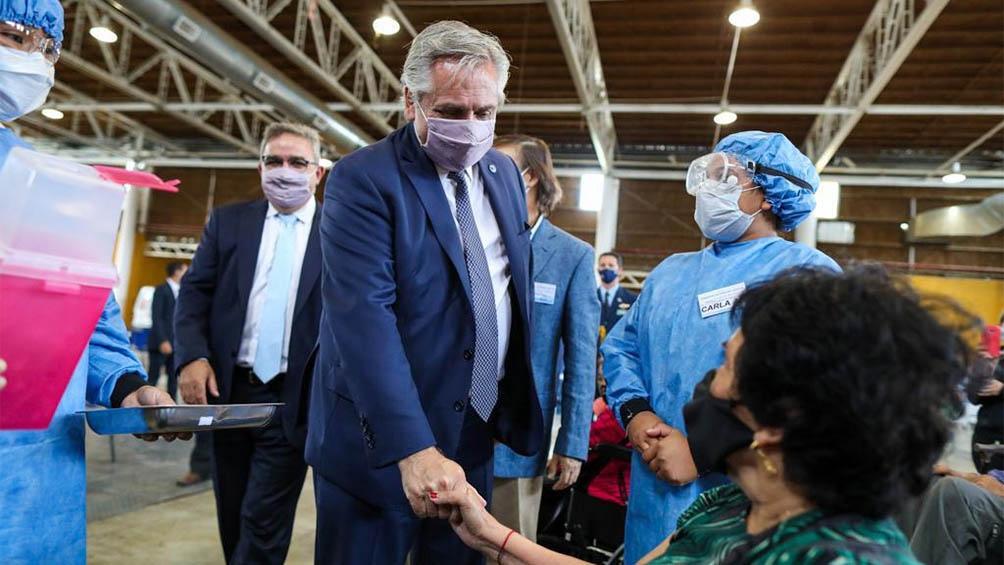 Fernández visitó el centro de vacunación dispuesto en el predio ferial de Campo Las Heras.