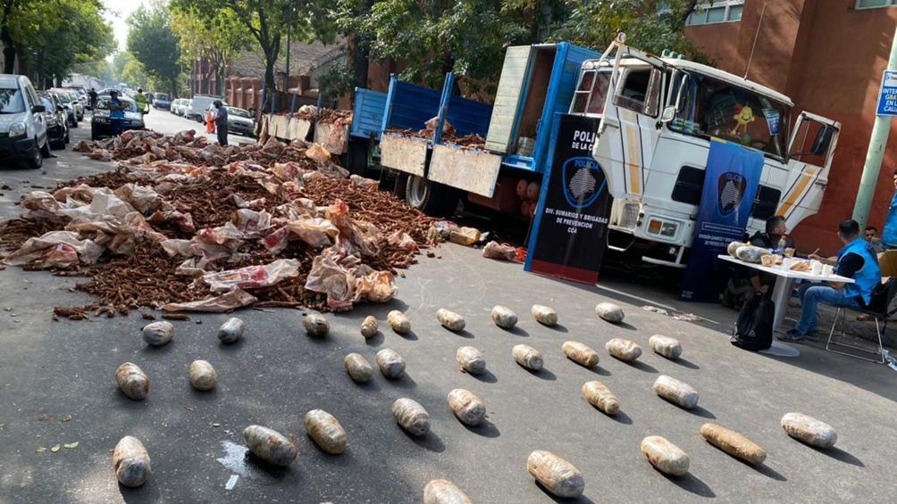 El camión transportaba 52 kilos marihuana ocultas en bolsas con mandioca.