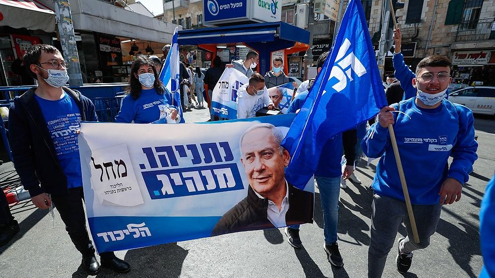 De acuerdo a las encuestas, el partido Likud del primer ministro Netanyahu lograría 30 bancas, seis menos que en las anteriores elecciones.
