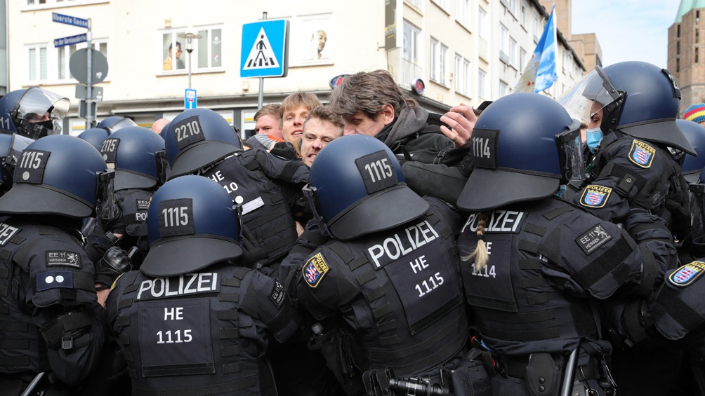 Los agentes usaron gas pimienta cuando un grupo de personas intentó atravesar un cordón policial para unirse a otro grupo de manifestantes.