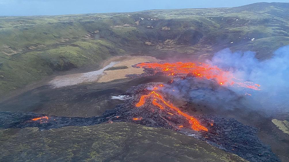 Una nueva falla compuesta por dos fisuras se había abierto a unos 700 metros de este primer foco, creando una larga corriente de lava que fluye hacia otro pequeño valle cercano.