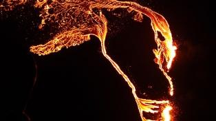 Un río de lava roja fluye en Islandia tras la erupción de un volcán