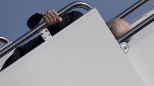 Inquietud sobre la salud de Biden tras tropezar cuando subía a su avión