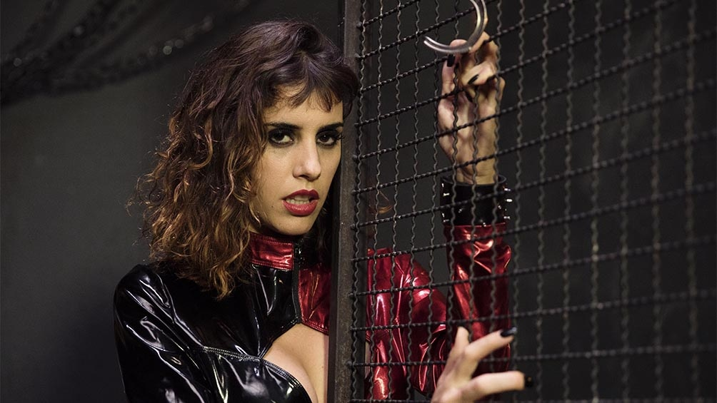 Shana es una actriz porno argentina, casada con Conrado, junto a quien comenzó a grabar y compartir sus experiencias swinger antes de que la pareja se convirtiere en una dupla profesional del cine XXX.