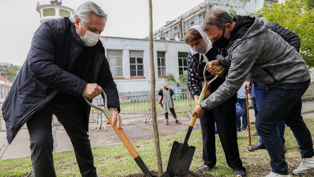 El presidente plantó un árbol, en un anticipo de la iniciativa.