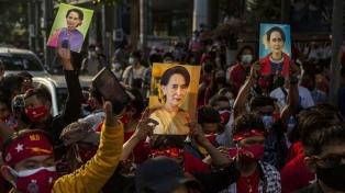 Manifestantes de Myanmar desafían a militares golpistas con protestas nocturnas