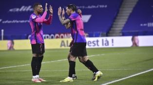 PSG, con gol de Di María, venció a Lyon y alcanzó en la punta a Lille