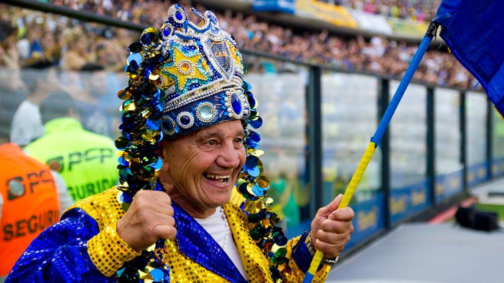 """El """"Loco Banderita"""" solía arengar a los fanáticos durante el entretiempo agitando su bandera con la leyenda """"Jugador N° 12""""."""