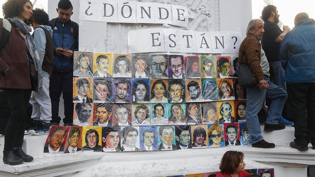 """El artista plástico explicó que eligió el nombre """"Aparecidos"""" para """"revertir simbólicamente la cruel acción que siguió a ejecuciones o asesinatos extrajudiciales""""."""