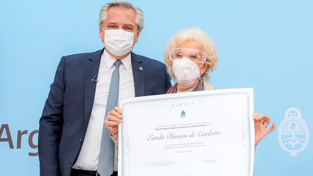 La entrega de la distinción a Estela De Carlotto.