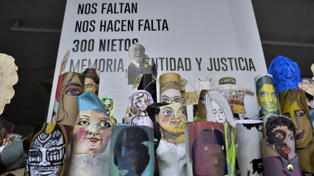 De la puesta participaron 30 artistas que recrearon la imagen de aquellos bebés y chicos apropiados durante la última dictadura militar.