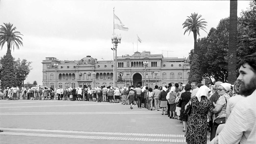 El 30 de abril de 1977, las Madres acudieron por primera vez a Plaza de Mayo en reclamo por la desaparición de sus hijos.