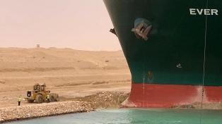 Llegaron otros remolcadores, pero evalúan aliviar la carga del buque atascado