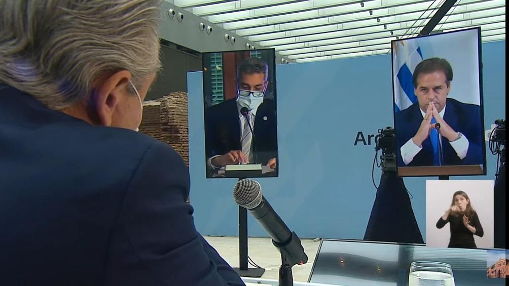 Alberto Fernández y su par uruguayo, durante la cumbre virtual.