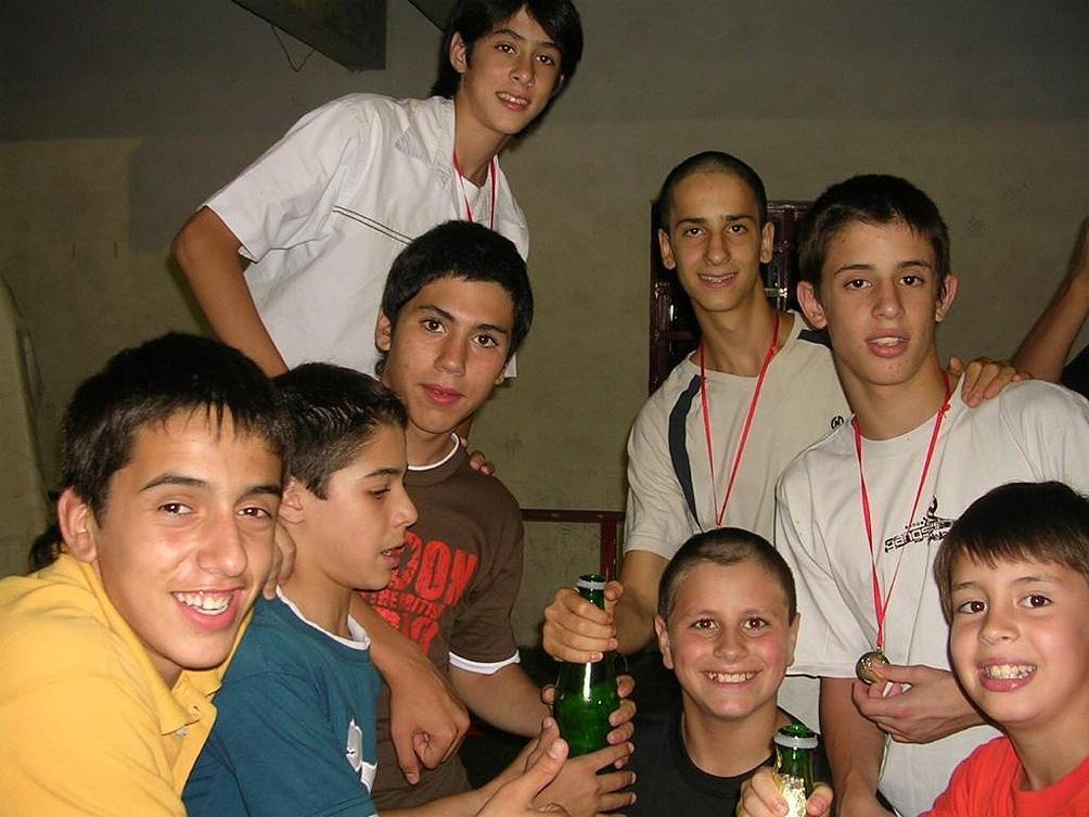 """Campazzo, """"Lucho"""", """"Koki"""", """"Tomás"""", """"Tato"""", Nicolás, Iván, """"Manu"""" los amigos de la infancia de """"Facu"""""""
