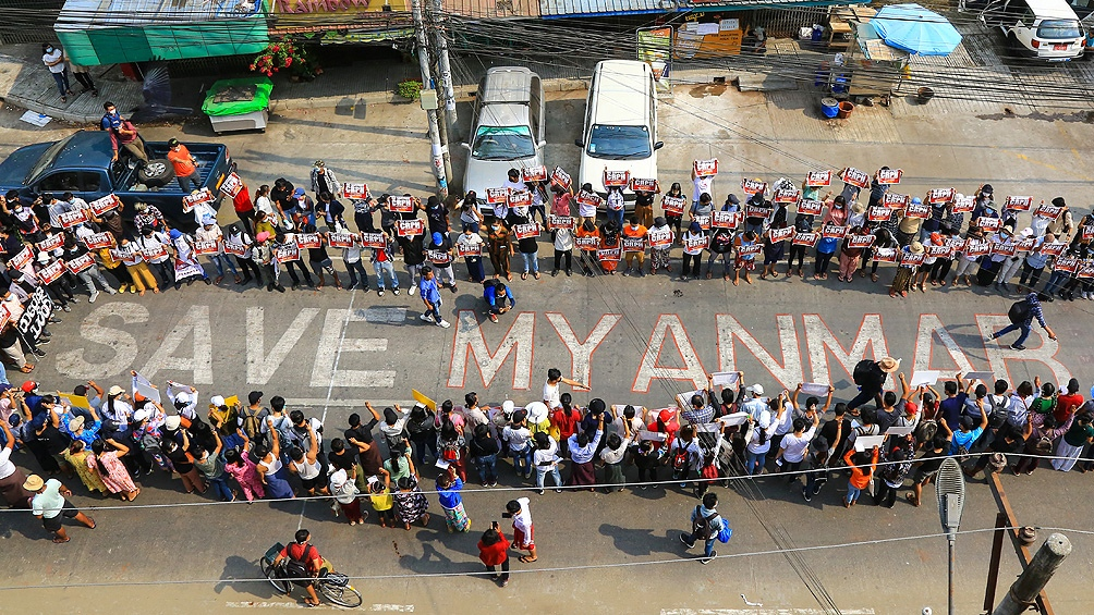 """Se manifestó """"cercano a los jóvenes de todo el mundo y, en este momento, de modo particular a los de Myanmar""""."""