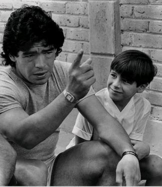 Maradona no sabe que está a días de hacer el gol con la Mano de Dios y el mejor gol de todos los tiempos ante Inglaterra y entrar en la eternidad.