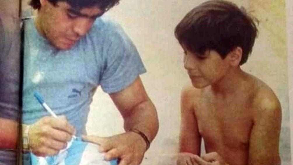 Maradona le dedica tiempo a este encuentro en México con las hijas y los hijos de los exiliados, parte de los cientos, miles de perseguidos por la última dictadura cívico-militar.