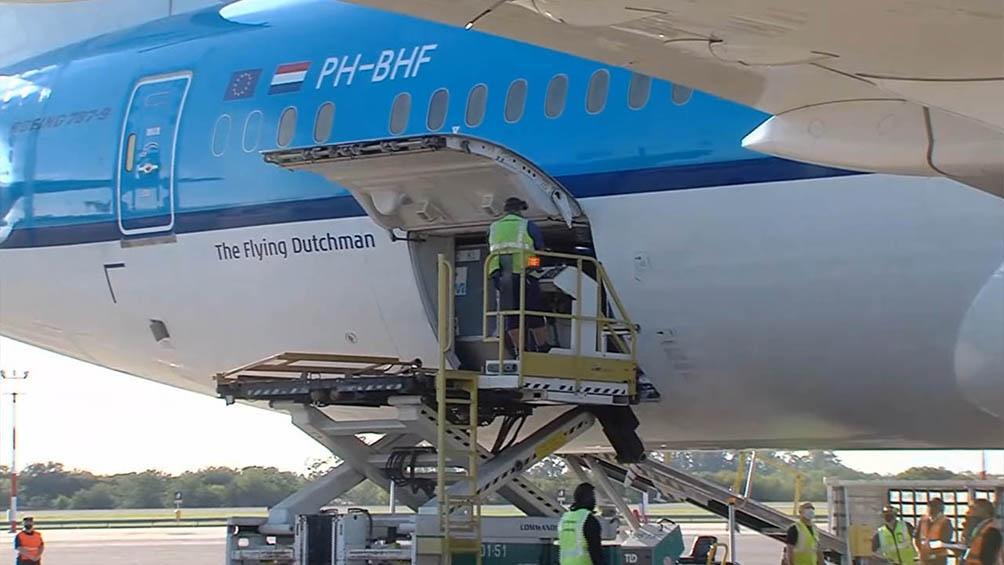 Llegó el avión con las vacunas AstraZeneca del fondo Covax, que impulsa la OMS