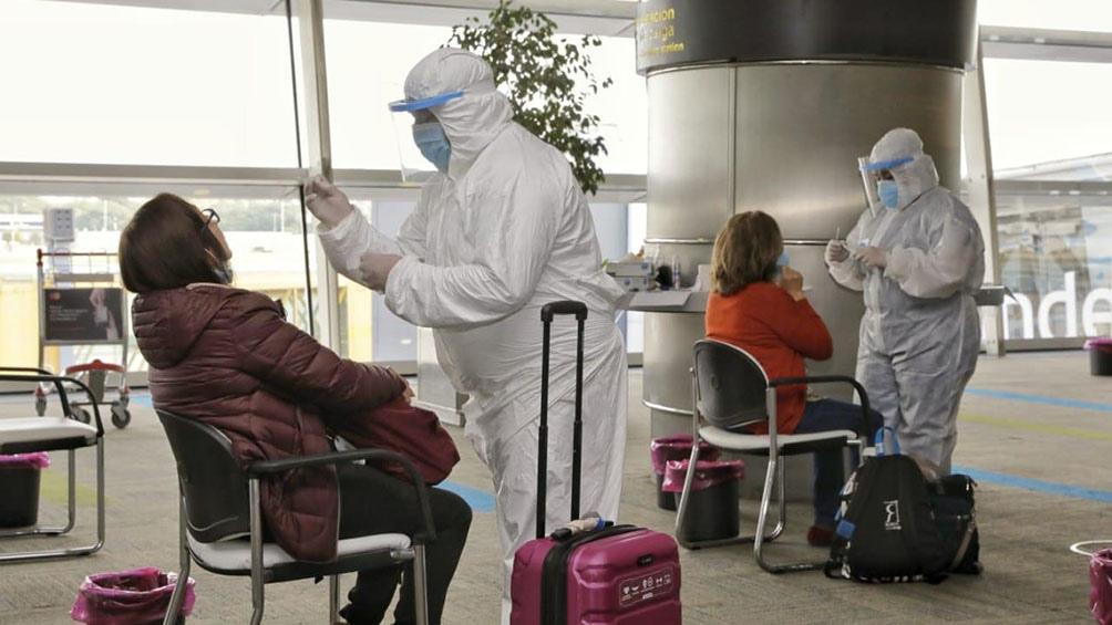 De acuerdo con la normativa vigente, las personas que ingresan al país deben contar con un PCR negativo y, aún con ese resultado, deben cumplir siete días de aislamiento para descartar un resultado positivo de Covid-19.
