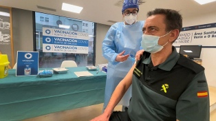 La ministra de Salud de España cree que hará falta una tercera dosis contra el coronavirus