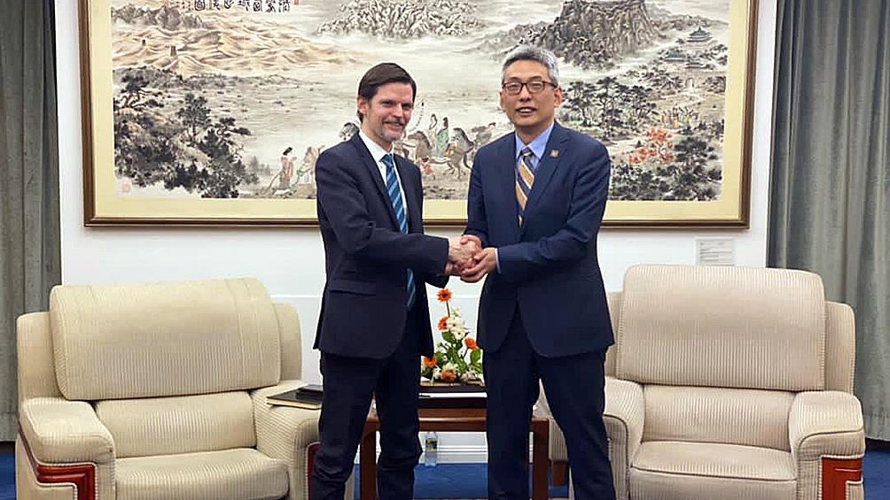 O embaixador Sabino Vaca Narvaja e o funcionário chinês Cai Wei