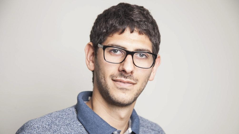 Scheines nació en 1988 en Buenos Aires y es, además de periodista, licenciado en Letras.