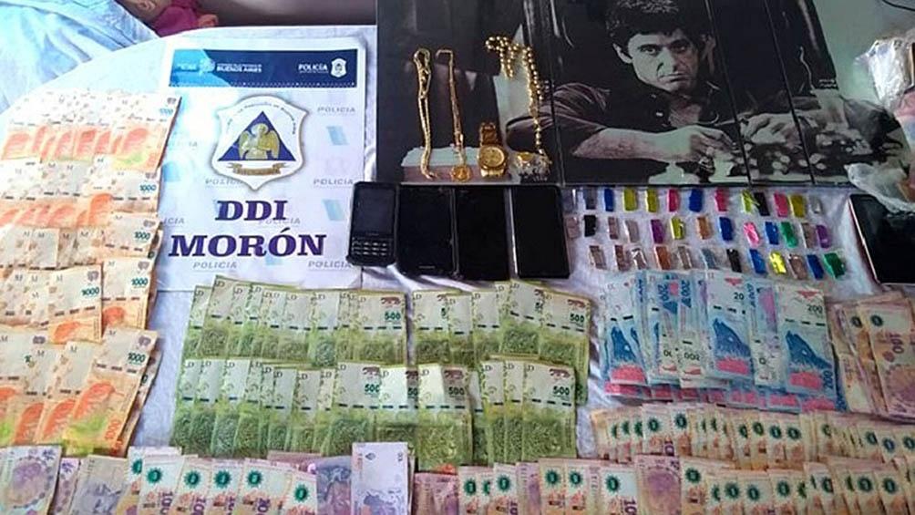En los lugares allanados, la policía secuestró 90.000 pesos y seis panes de cocaína.