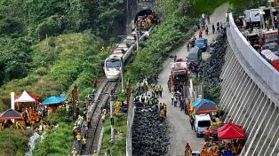 Al menos 50 muertos y 146 heridos tras descarrilar un tren en Taiwán