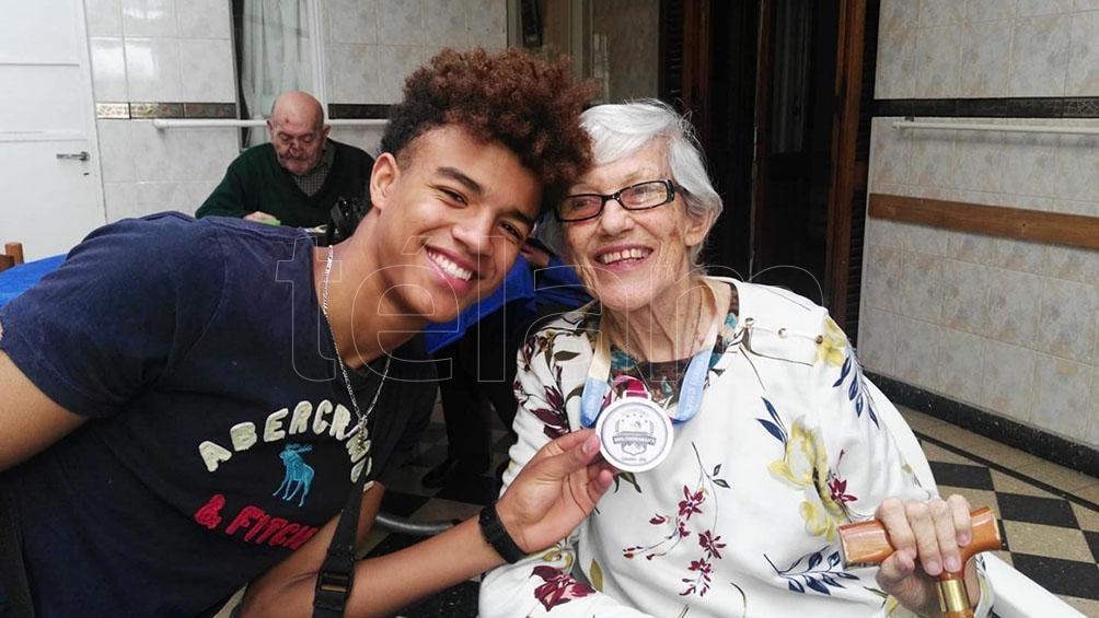 Manuel con su abuela, Rosario Siffredi, figura del seleccionado de vóleibol en la década del 60. Murió de coronavirus en 2020, a los 84 años.