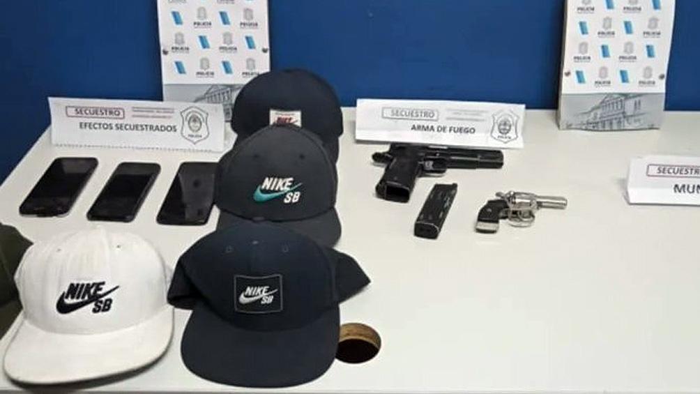 La policía secuestró un revolver calibre 22 y una pistola de aire comprimido que simulaba ser una 9 mm.