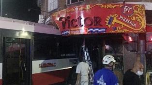 Tres heridos al chocar un vehículo que cruzó en rojo contra un colectivo en Vicente López