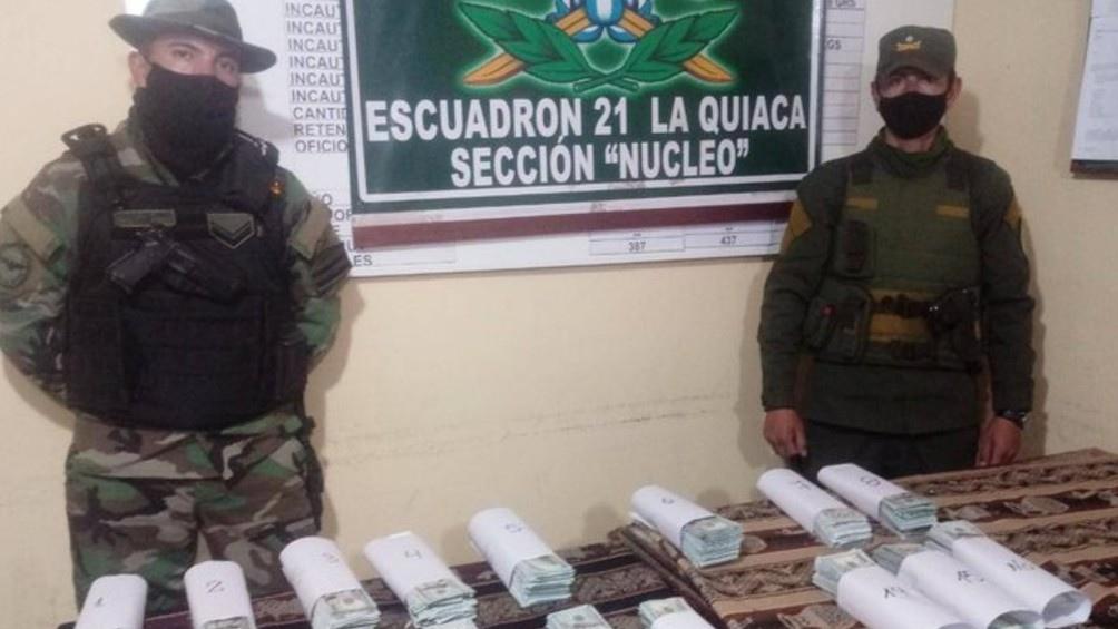 Al abrir los envoltorios, los uniformados hallaron un total de 3.729 billetes de 100 dólares, con lo cual la suma alcanzó los 372.900. (Foto Gendarmería Nacional).