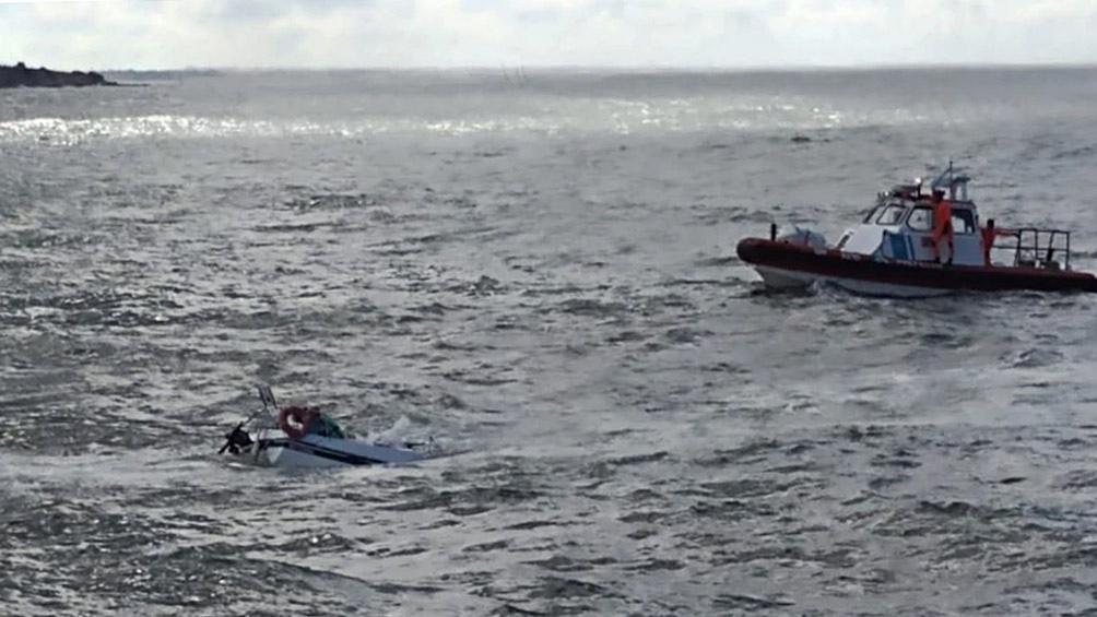 En el lugar se desplegó un operativo con un bote semirrígido, dotado con nadadores de rescate a bordo.