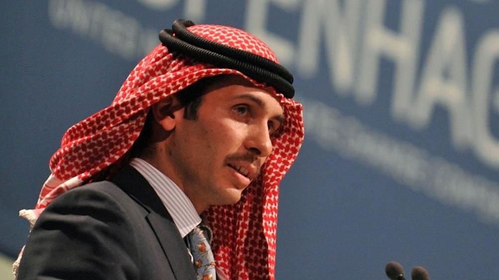 Hamza fue nombrado príncipe heredero cuando Abdallah II se convirtió en rey, pero en 2004, el soberano le retiró el título para dárselo a su hijo mayor Husein.