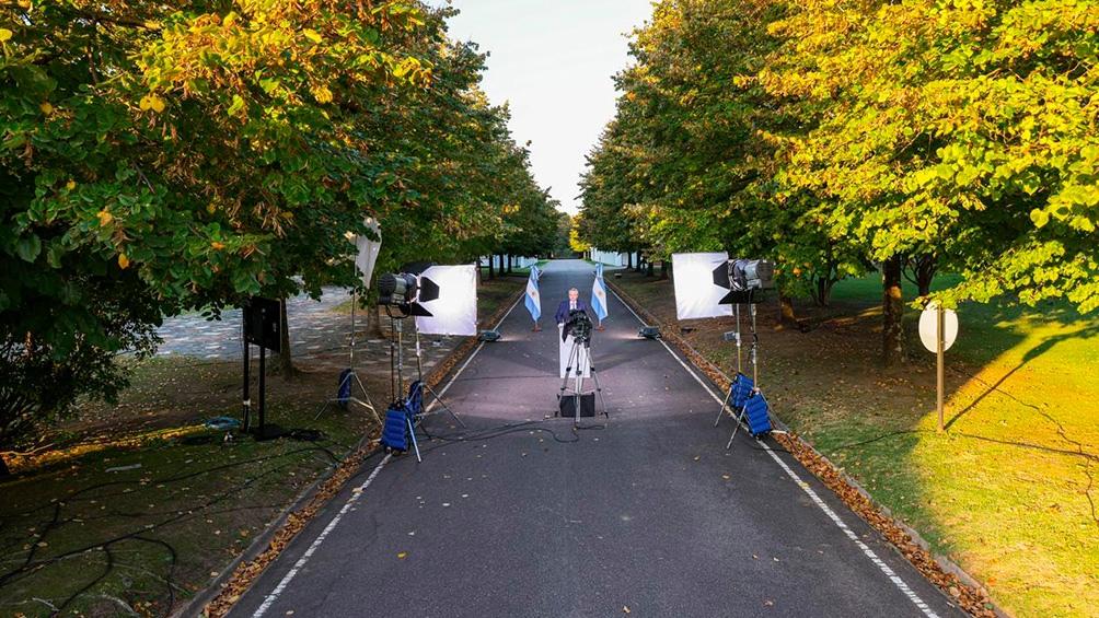 El Presidente caminó 200 metros hasta el atril desde el cual brindó su discurso al aire libre.