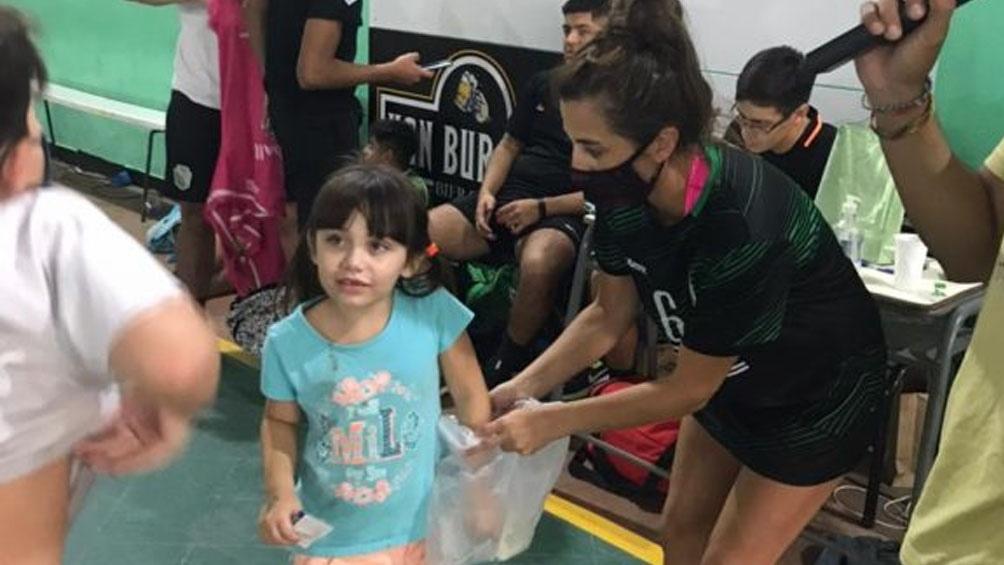 """La niña acompañó a su mamá y a su profe en una jornada a puro deporte pero quiso cumplir con el """"Patrono de los dientes"""" (Foto: Pasta de Campeón)"""