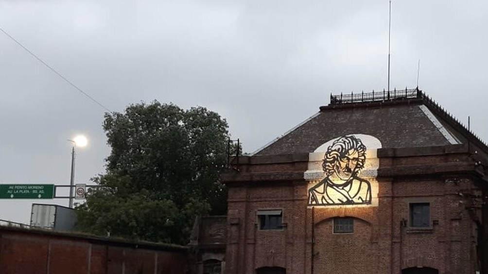 Para el cumpleaños de Charly García instaló su rostro en los antiguos talleres ferroviarios de Liniers.
