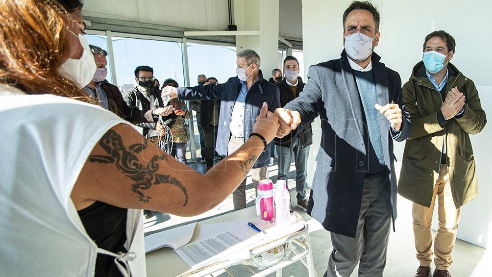Los funcionarios estuvieron en el Gimnasio Municipal Nº 4 donde se desarrolla la campaña de vacunación contra la Covid-19.