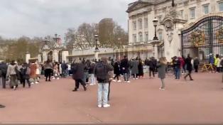 Los británicos homenajean al príncipe Felipe frente a Windsor y Buckingham