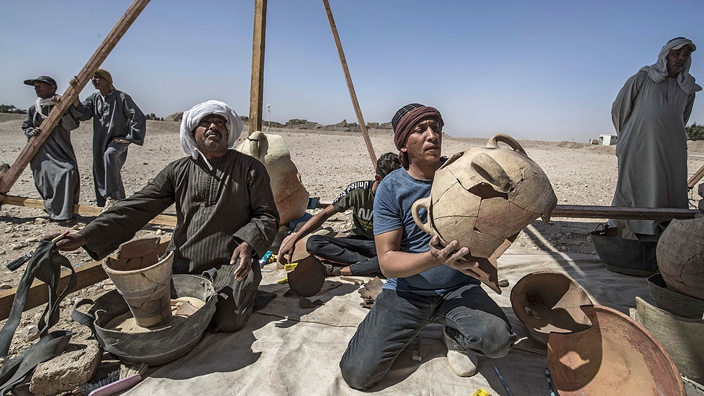Los arqueólogos encontraron cientos de cerámicas, carne seca, vino, pequeñas estatuas y joyas.