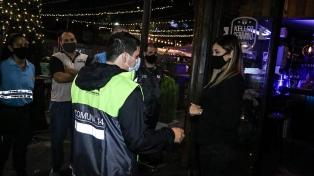 Clausuran un bar en Monserrat por seguir abierto después de las 23 horas