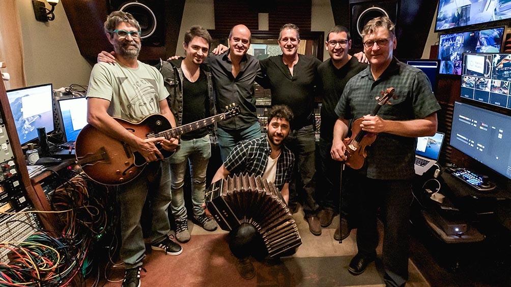 """El repertorio del álbum Plays Piazzolla incluye """"Libertango"""", """"Escualo"""", """"Oblivion"""" y """"Milonga del ángel"""", entre otros."""