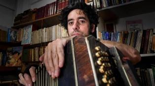 Miguel López, entre el recitador, el tango y el rock
