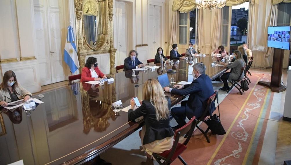 """Los expertos ven con preocupación las """"reuniones informales"""" donde hay """"una alta transmisibilidad""""."""