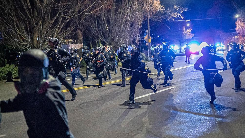 A poco más de diez meses de la muerte de Floyd, renacen los enfrentamientos de los manifestantes con la policía.