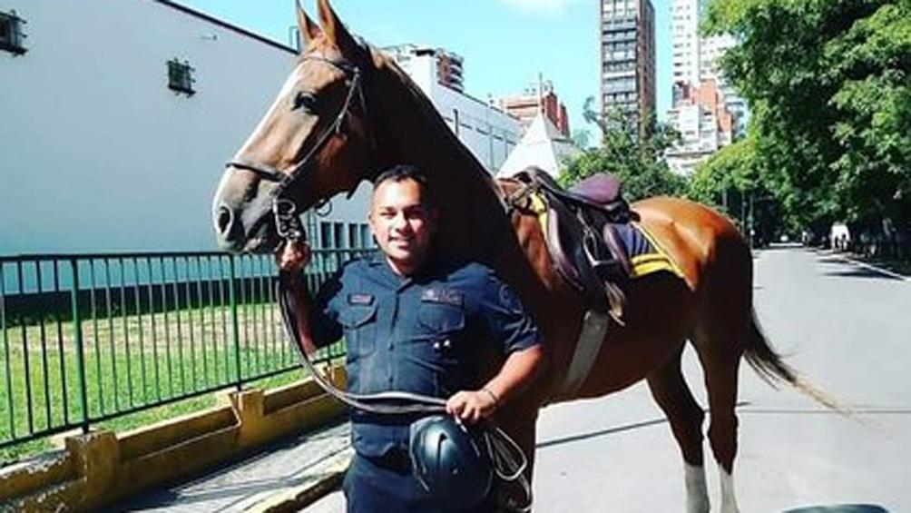 El policía prestaba servicio en la sede de la policía Montada de la Policía Federal (PFA).