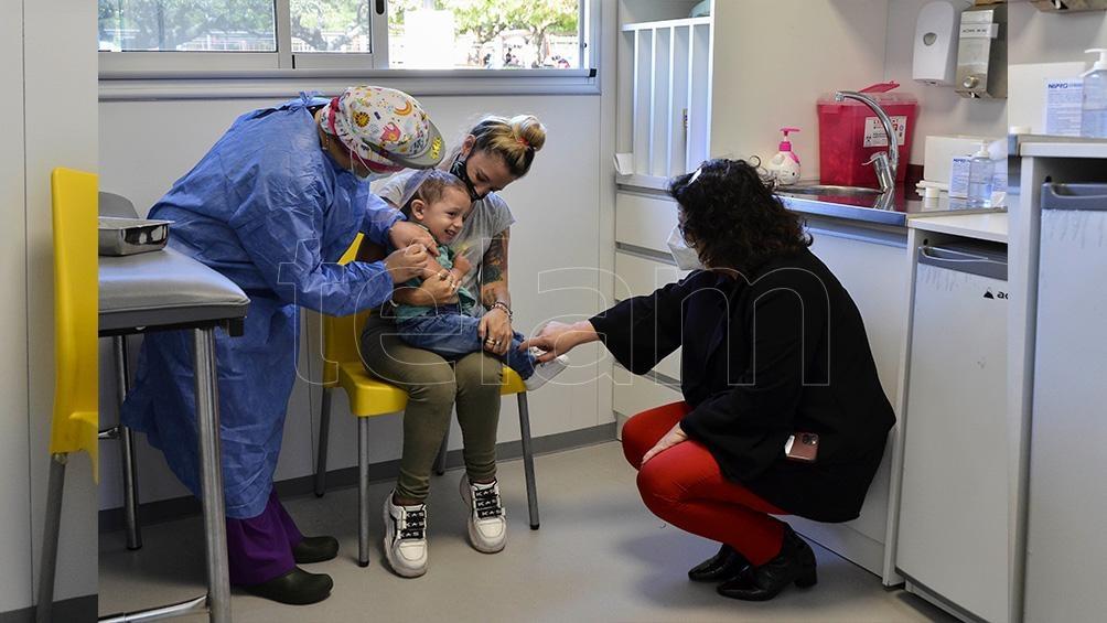 En la campaña de vacunación en el país se priorizó la aplicación de la primera dosis a la mayor cantidad de personas.