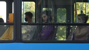 No hablar y abrir ventanillas: los consejos para bajar el riesgo en ambientes cerrados y en el transporte