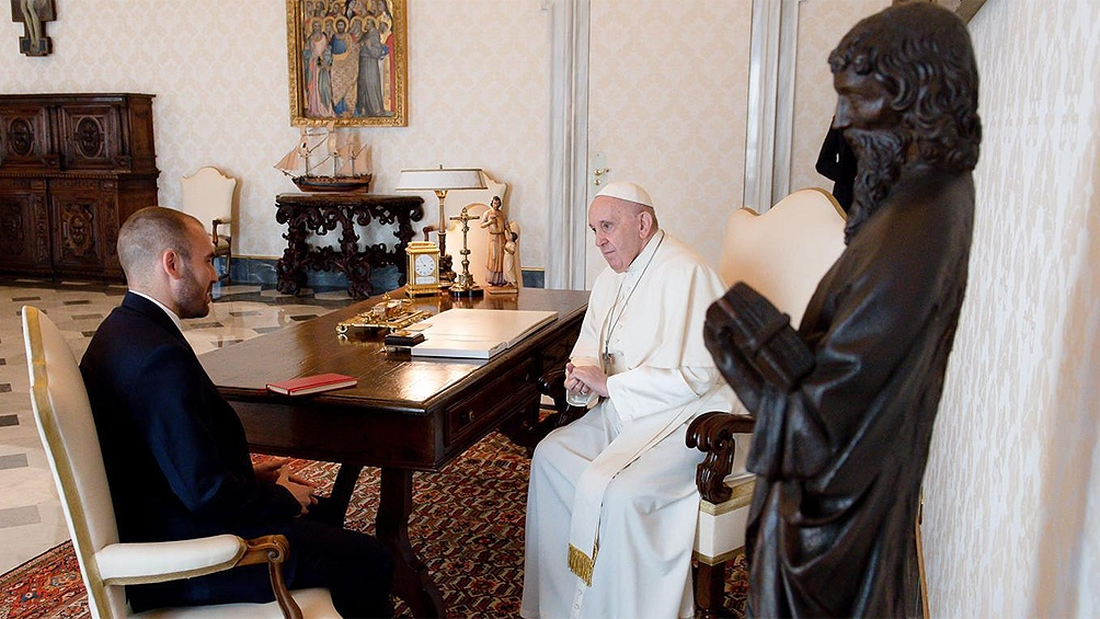 O ministro da Economia, Martín Guzmán, como o Papa Francisco no Vaticano